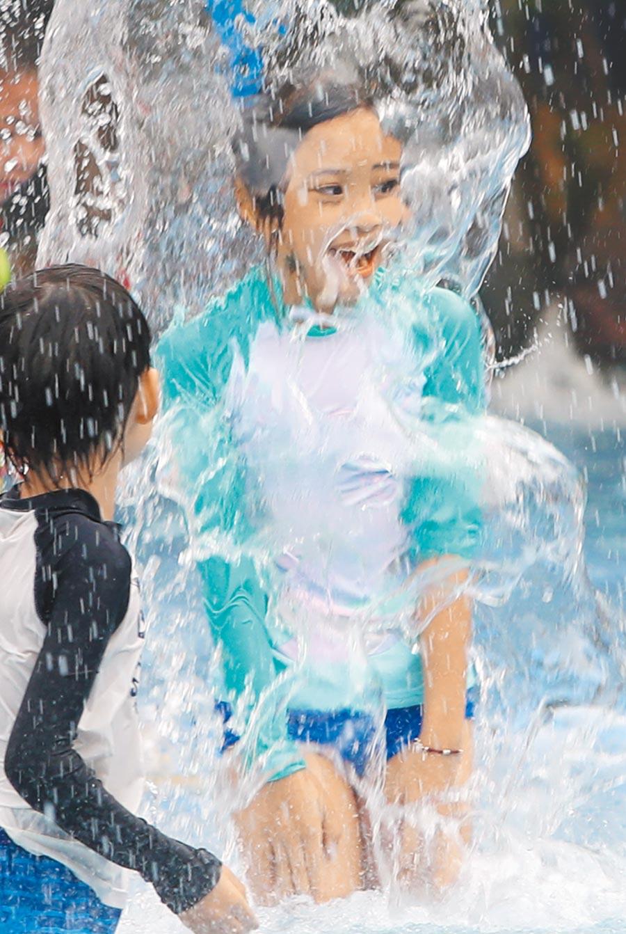 台北市10日氣溫達38.6度,追平7月高溫歷史紀錄,圖為自來水園區小朋友盡情戲水消暑。(鄭任南攝)