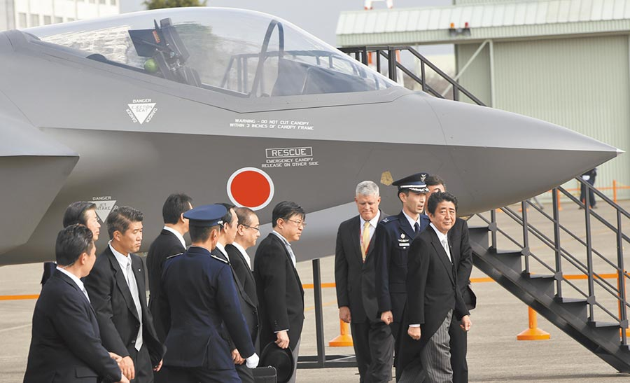 美國多次出售F-35戰機給日本。圖為數年前日相安倍(右)前往防衛展觀看F-35戰機。(美聯社)