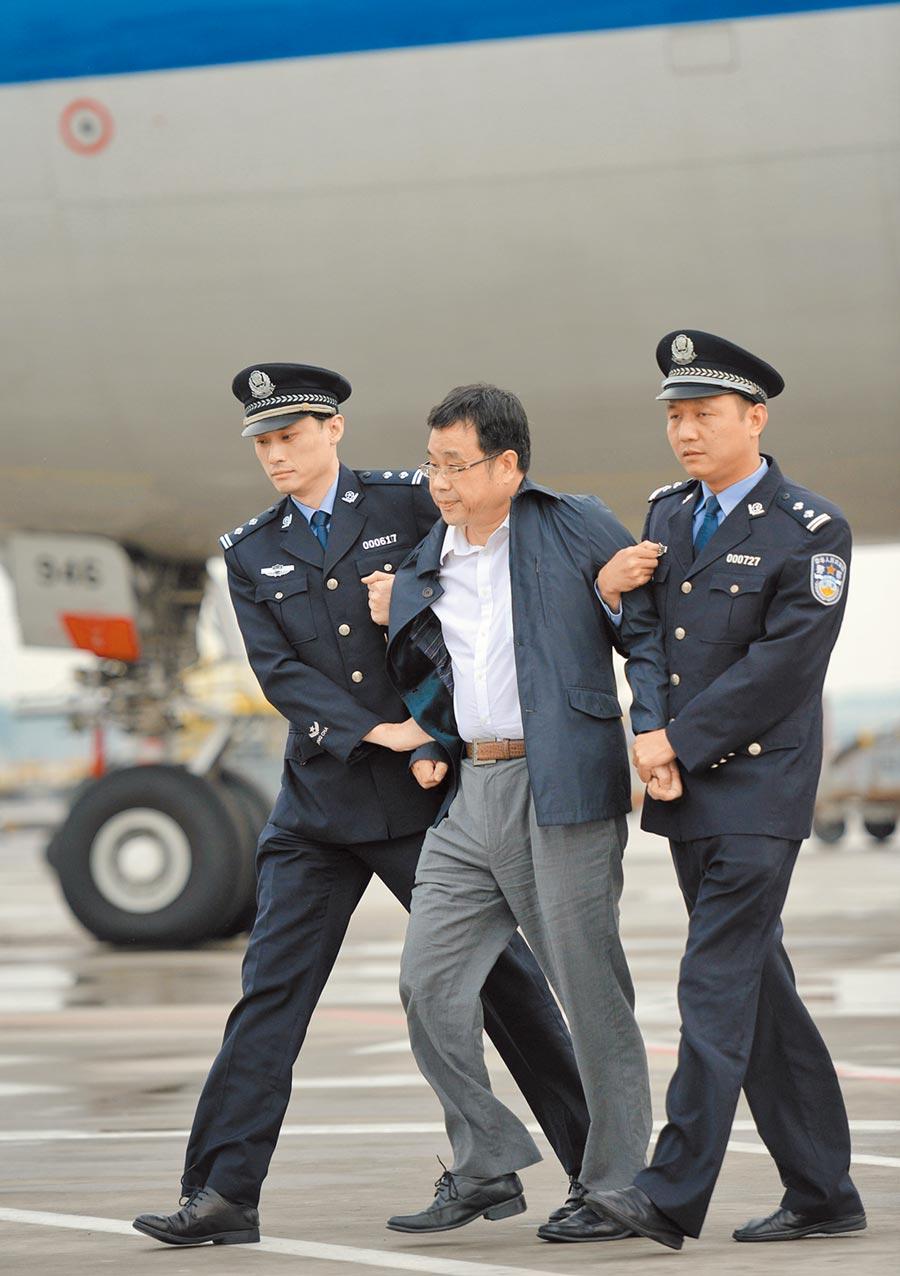 大陸今年的「天網行動」,追回了外逃人員589人。圖為2015年「紅色通緝令」嫌犯李華波被押解下飛機。(新華社)