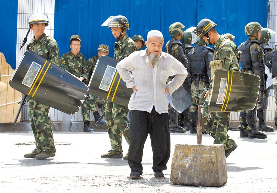美國點名制裁侵害新疆人權的官員。圖為2009年7月的烏魯木齊街頭。(美聯社)