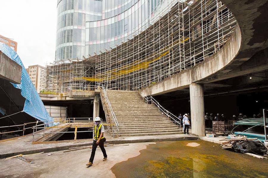 北市議會工務委員會上周赴大巨蛋工地考察,一旁樓梯用工程帆布覆蓋,議員簡舒培事後查證,發現竟是與14項公安工項無關的電扶梯工程。(本報資料照片)
