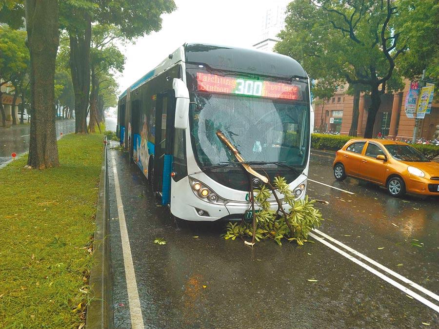 台中市統聯客運300路公車10日中午12時50分左右,行駛台灣大道時,遇狂風暴雨,前擋風玻璃遭掉落樹枝打中。(台中市府提供/盧金足台中傳真)