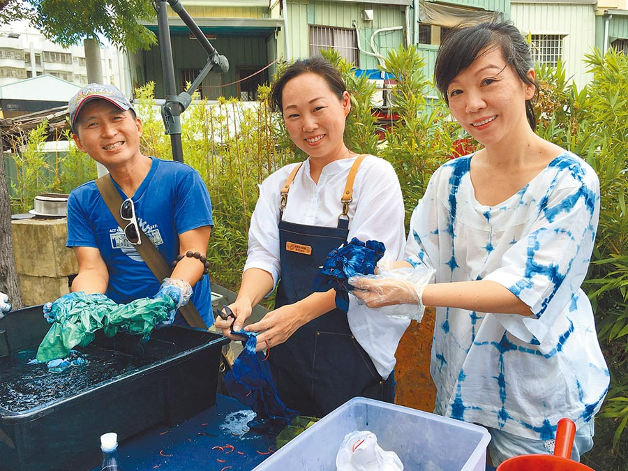 染坊職人教做蚵藍染方巾,旅客體驗動手做蚵藝術文創品。(廖素慧攝)