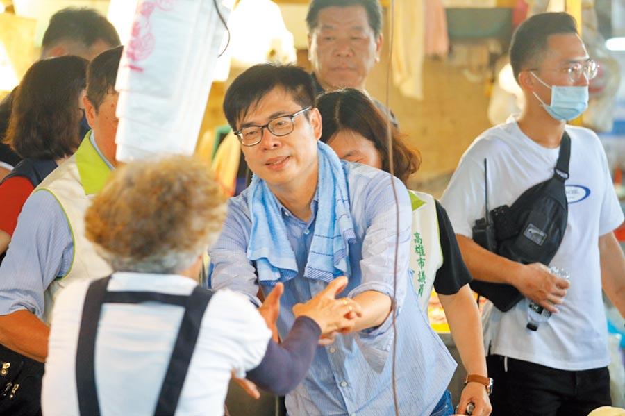 民進黨參選人陳其邁到鳳山工協市場拜票。(曹明正攝)
