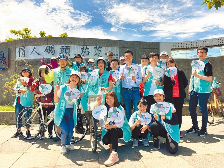 民眾黨參選人吳益政騎自行車到茄萣區興達港情人碼頭。(林雅惠攝)