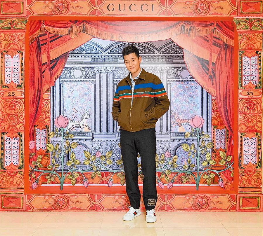 周興哲穿GUCCI早秋系列深棕織帶夾克8萬3500元、藍條紋襯衫1萬8000元、黑色羊毛喇叭褲3萬9000元。