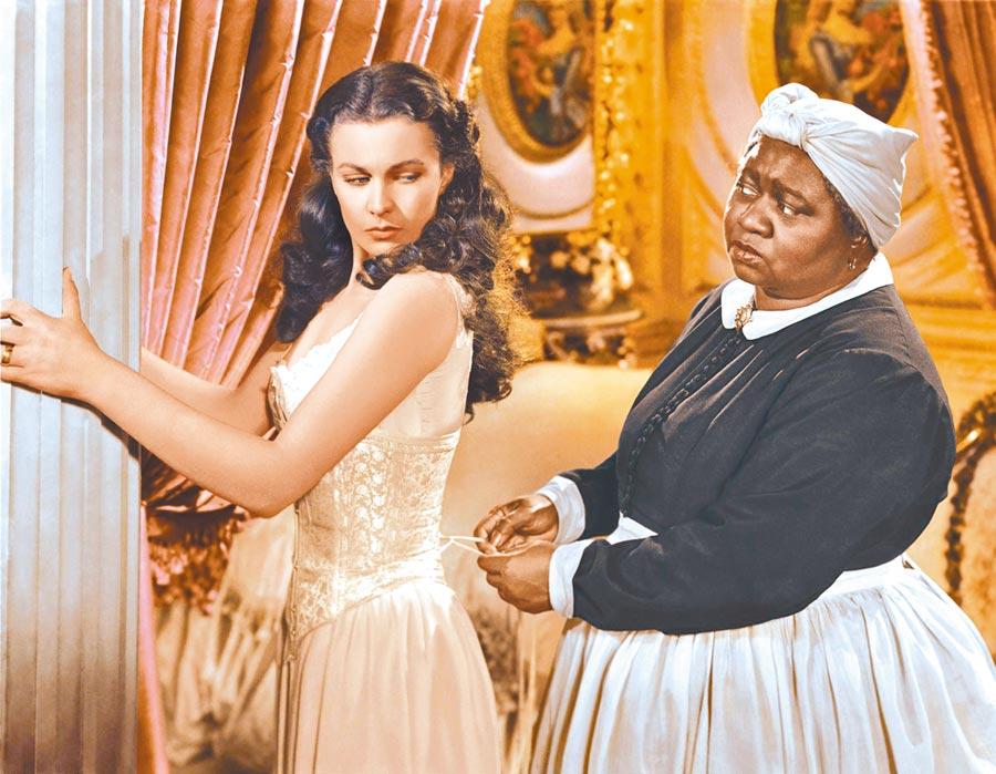 在《亂世佳人》飾演保母的海蒂麥克丹尼爾(右)是首位贏得奧斯卡獎的非裔演員。(資料照片)