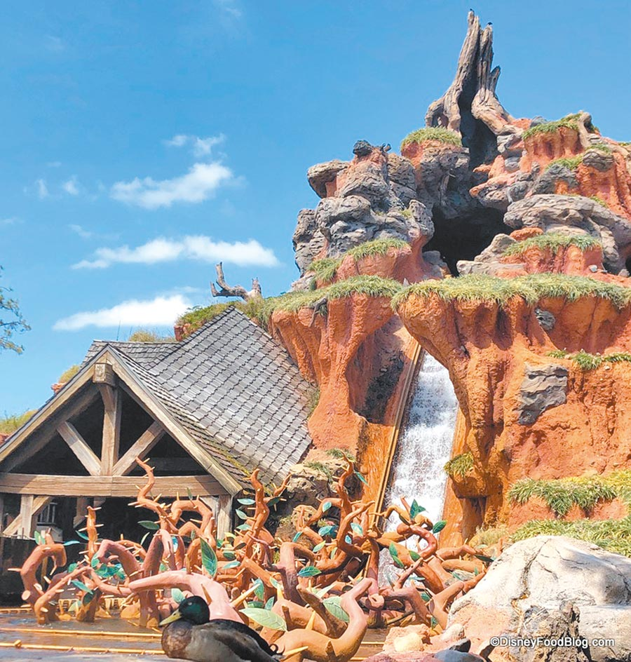 迪士尼樂園的飛濺山一直是熱門的刺激遊樂設施。(摘自disneyfoodblog)