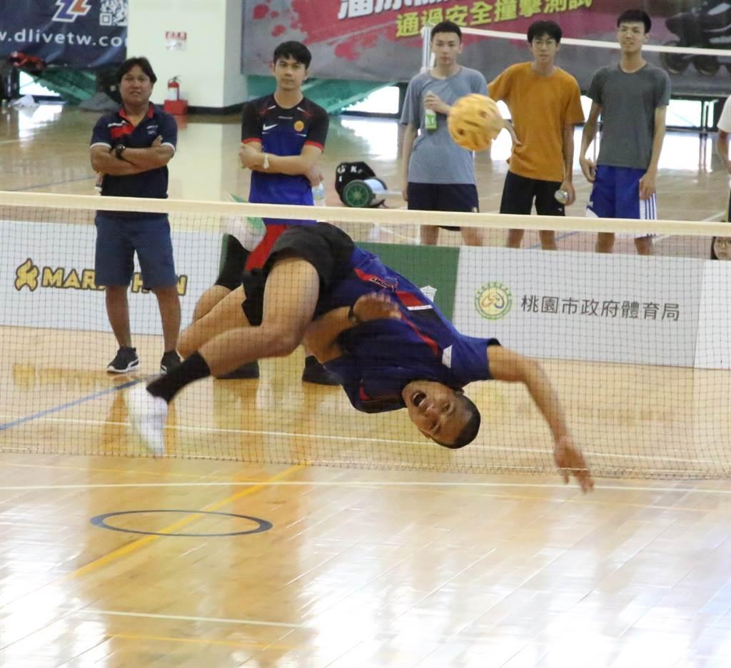 TAICHUNG FC好手威拉空中翻殺。(中華藤協提供)
