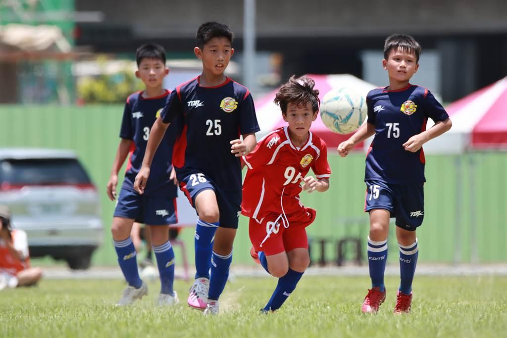 全國少年盃錦標賽小朋友帶著熱愛足球的心比賽。(中華足協提供)