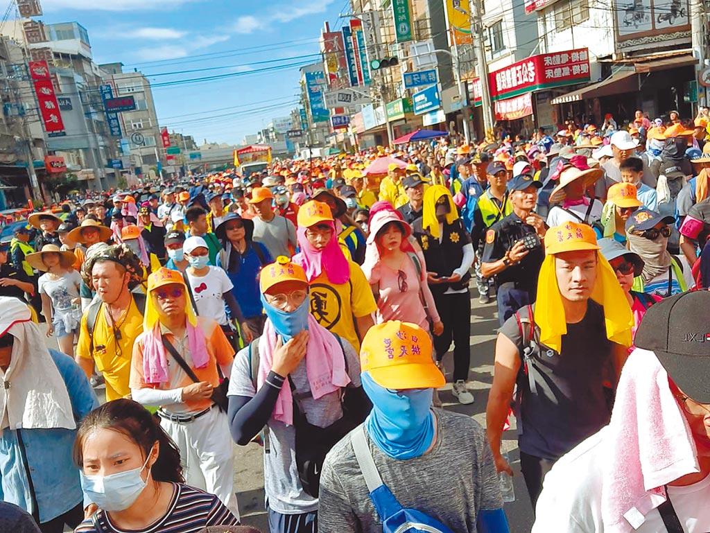 白沙屯妈祖「粉红超跑」銮轿11日下午飞快进入台中海线,吸引3万多名信眾追随。(民眾提供)