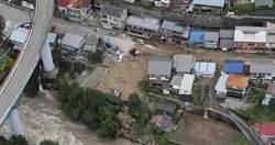 日本1200年神木倒了!压毁民宅 「熊本300人受困」靠徒步运物资