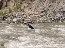 男冒險涉水過湍急溪 受困溪中險獲救