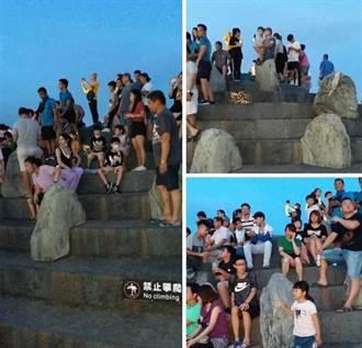 都寫了「禁止攀爬」硬要爬 網友諷:台灣最美風景
