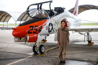 美國海軍迎來第一位非裔女飛官