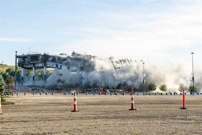 活塞舊主場奧本山宮殿球館12日正式爆破拆除。(美聯社)