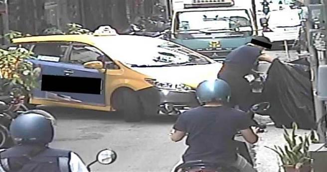 警方到場調閱附近監視器,果然發現1輛小黃在行經該路段轉彎時,不小心A到摩托車。(圖/警方提供)