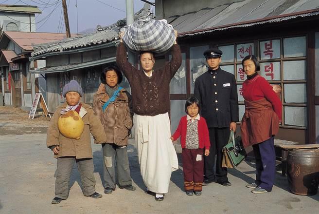 台灣觀眾對張美姬(中)最熟悉的作品《六個孩子》。(本報系資料照)