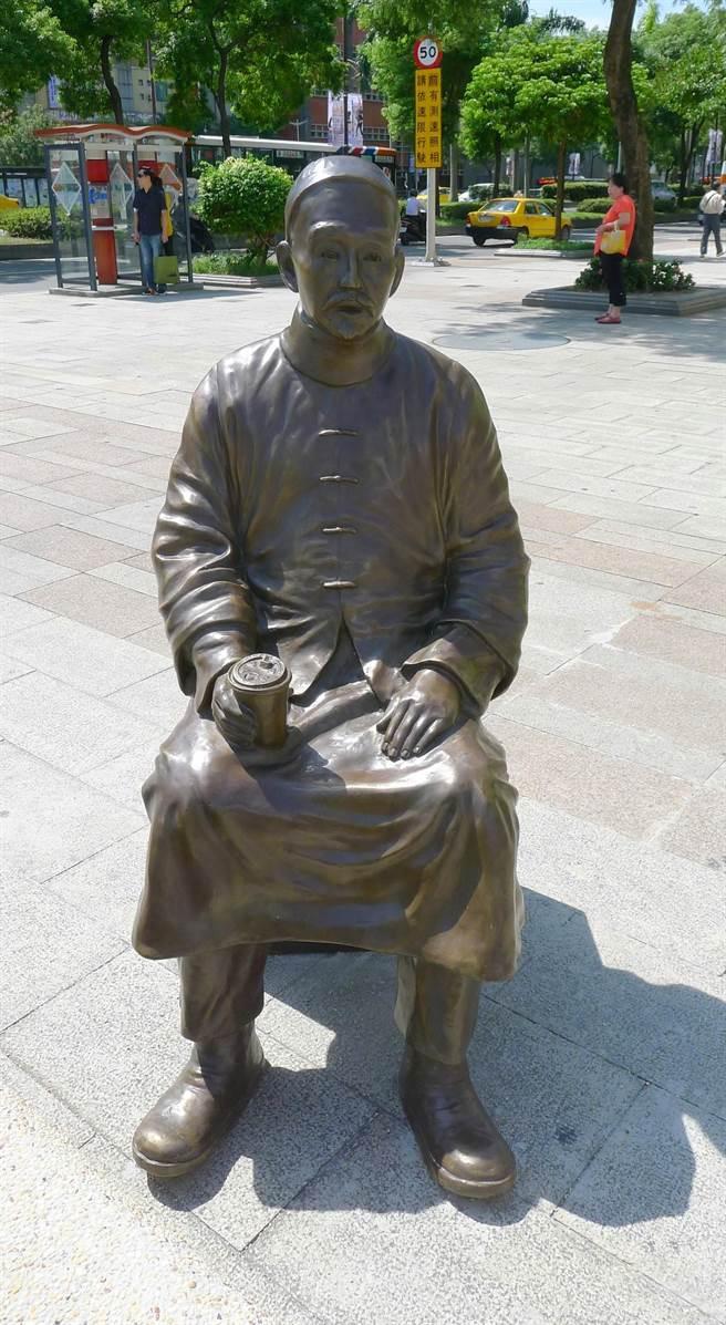 藝術家王志文打造的劉銘傳銅雕,手持咖啡杯,形塑與現代人對話的趣味意象。(資料照片,江慧珺攝)