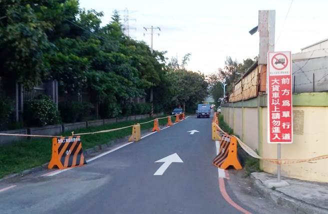 濱海路連接全興工業區的工一路,管制大貨車進入。(吳敏菁攝)