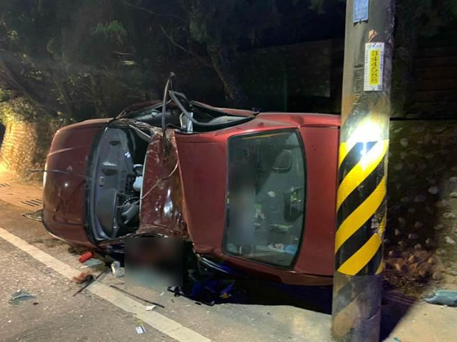 今天晚上8點22分,位於新北五股區的民義路通往觀音山路段發生客車自撞電線桿意外。(讀者提供/林俊翰翻攝)