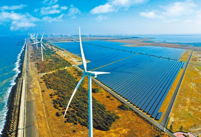 綠電、再生能源對新鮮人開出4萬元起薪。圖為「彰濱雙綠能」太陽光電場暨風力發電場。(台電提供)