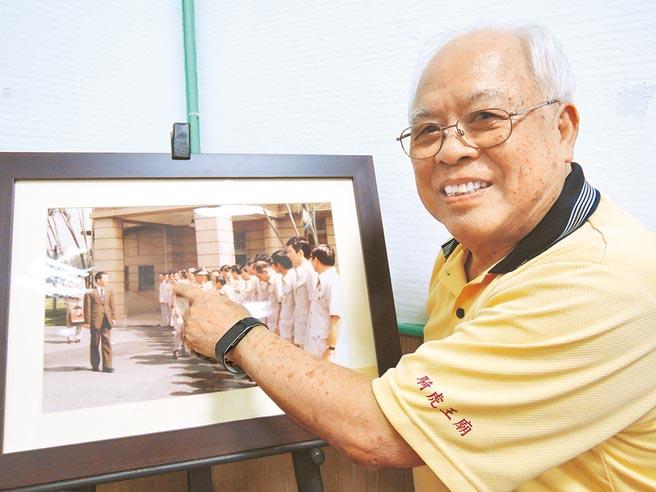 洪正一指著照片裡的自己說,「這是當年迎接陸軍上將王昇的樣子。」(張毓翎攝)