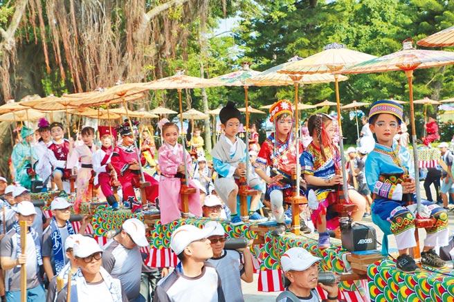 為歡迎入境金門的郵輪旅客,金門縣府特地準備傳統表演熱鬧迎賓。(雄獅旅遊提供)