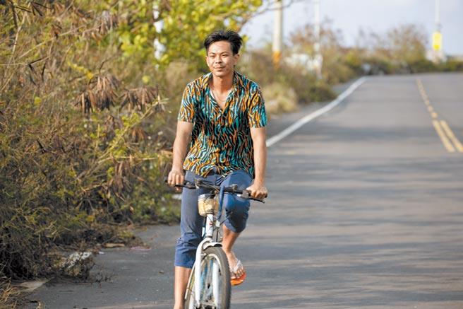 孫綻在《無主之子》中飾演越南移工阿海,特地曬黑蓄鬍融入角色。(民視提供)
