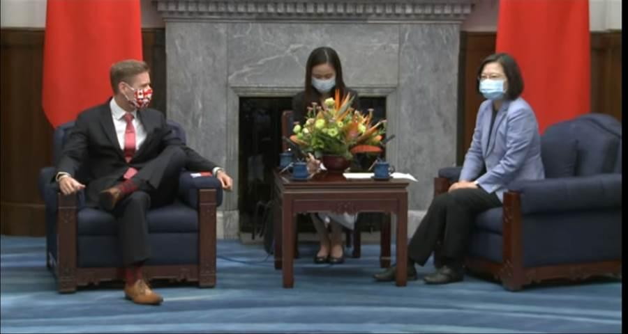 蔡總統接見加拿大駐台北貿易辦事處代表芮喬丹時,芮喬丹翹著二郎腿。(翻攝總統府YouTube)