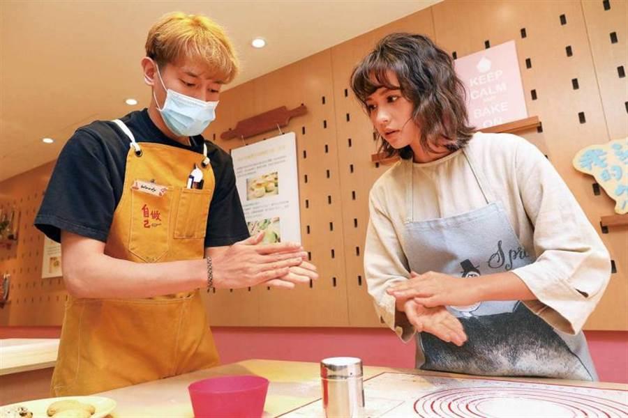 认真学习烘焙技巧的黄姵嘉,最喜欢「拍手粉」这个动作。(图/焦正德摄)