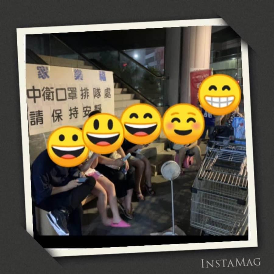 7色中衛口罩今開賣,家樂福天母店出現夜排人潮。(圖擷自家樂福天母店臉書)
