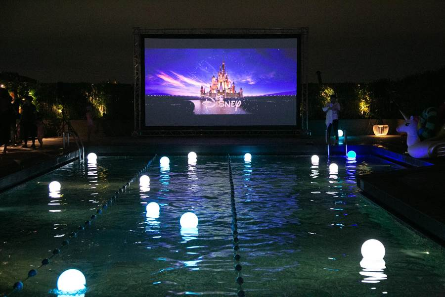 台北晶華每日晚間在頂樓泳池畔讓房客坐擁國際城市天際線、觀賞「城市星空電影院」 。(晶華提供)