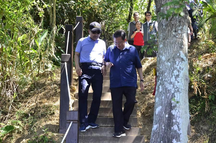 桃園市長鄭文燦(右)、新北市長侯友宜(左)12日在桃園、新北交界參加步道串聯活動