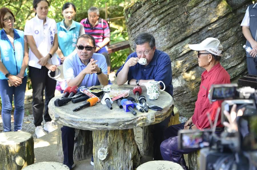 桃園市長鄭文燦(前排中)、新北市長侯友宜(前排左)12日在桃園、新北交界參加步道串聯活動