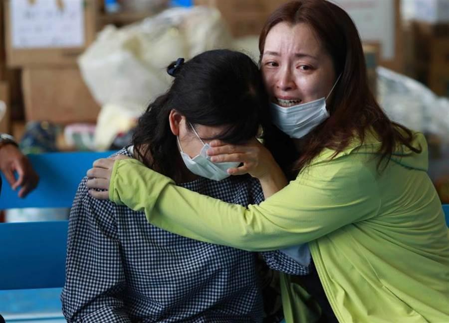 熊本縣居民互相抱住痛哭。(圖/美聯社)