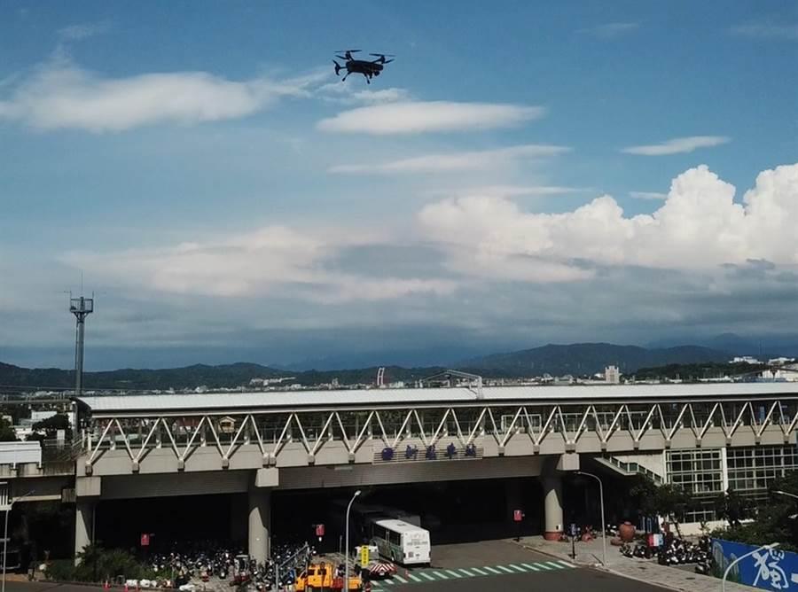 新竹市環保局祭出智能全自主化無人機升空巡邏,跨越地形障礙提升稽查效率,守護城市空氣品質。(陳育賢攝)