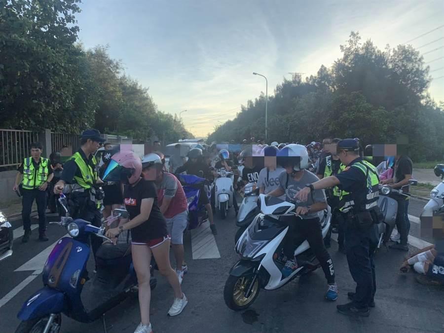 桃園市大園區12日凌晨有300多輛汽、機車齊聚,觀看6人飆車競速,大園警方獲報,以口袋戰術將這300多人包圍。(警方提供/賴佑維桃園傳真)