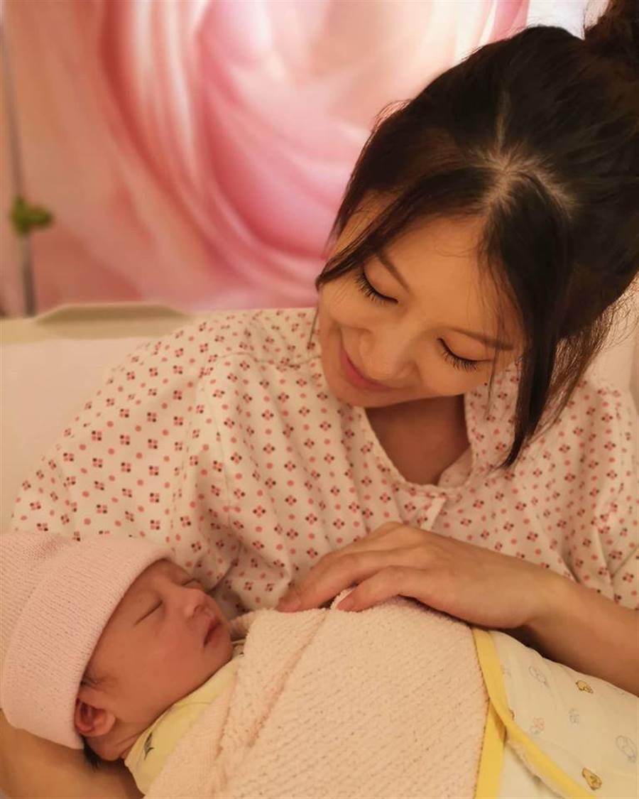 赵孟姿抱着爱女。(摘自脸书)