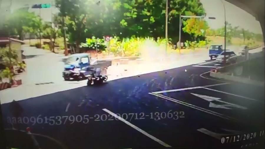 小貨車疑因油門故障,撞向同向停等紅燈的機車,造成2名移工死亡。(讀者提供/李忠一宜蘭傳真)