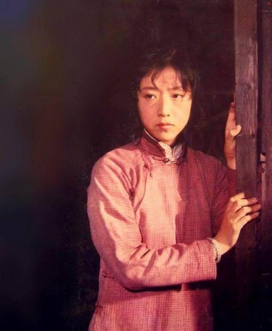 殷新第一部電影工作機會,在張豐毅和斯琴高娃主演的《駱駝樣子》裡飾演一個小配角「小福子」,還讓她獲得金雞獎最佳女配角的提名。(圖/ 摘自百度百科)