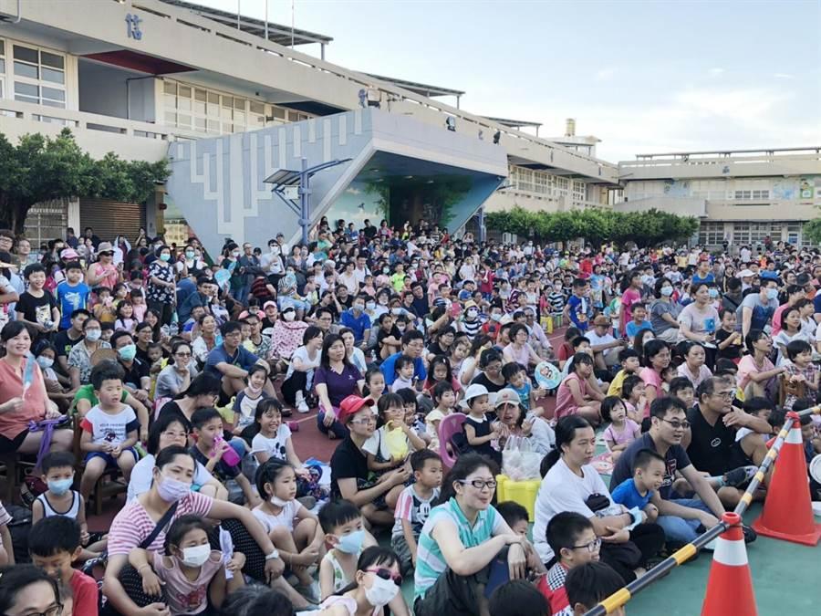 紙風車劇團12日到彰化和美大榮國小演出武松打虎,掀起轟動。(吳敏菁攝)