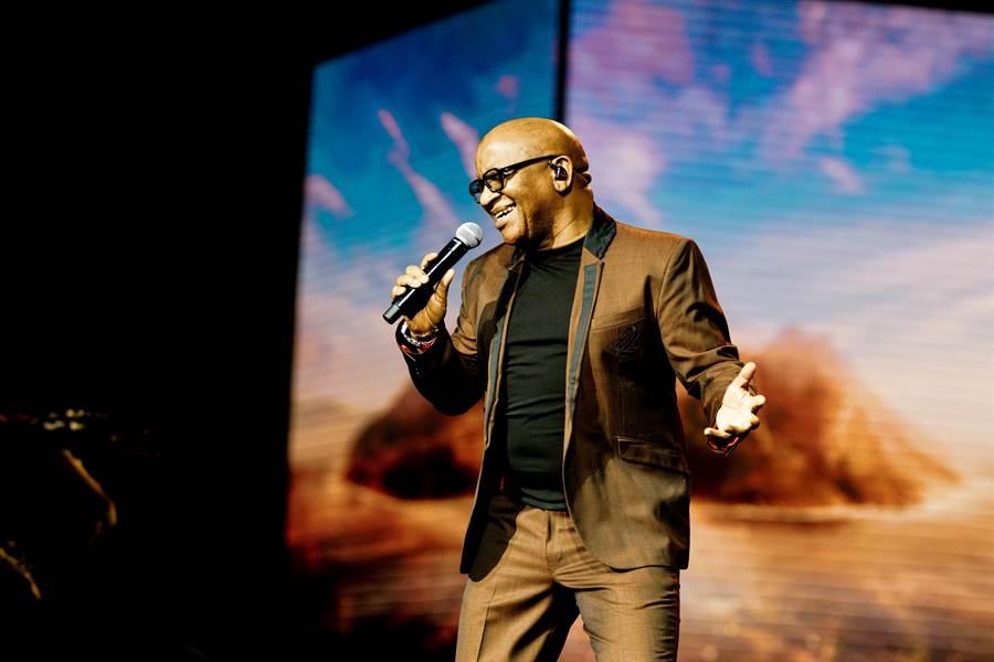 葛萊美獎得主、動畫《獅子王》配樂原唱歌手李伯(Lebo M.),12月將首度來台開唱。(牛耳藝術提供)