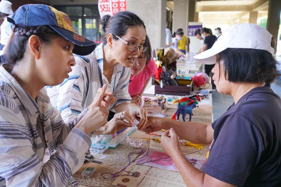 台灣鐵道班老師帶來台灣火車模型展示,與民眾互動。(曹婷婷攝)