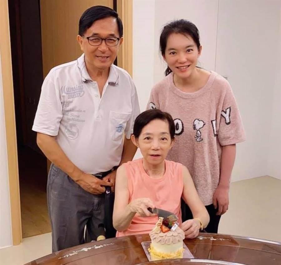 民進黨高市議員陳致中在臉書貼出爸爸陳水扁、媽媽吳淑珍與姊姊陳幸妤的合照。(取自陳致中臉書)