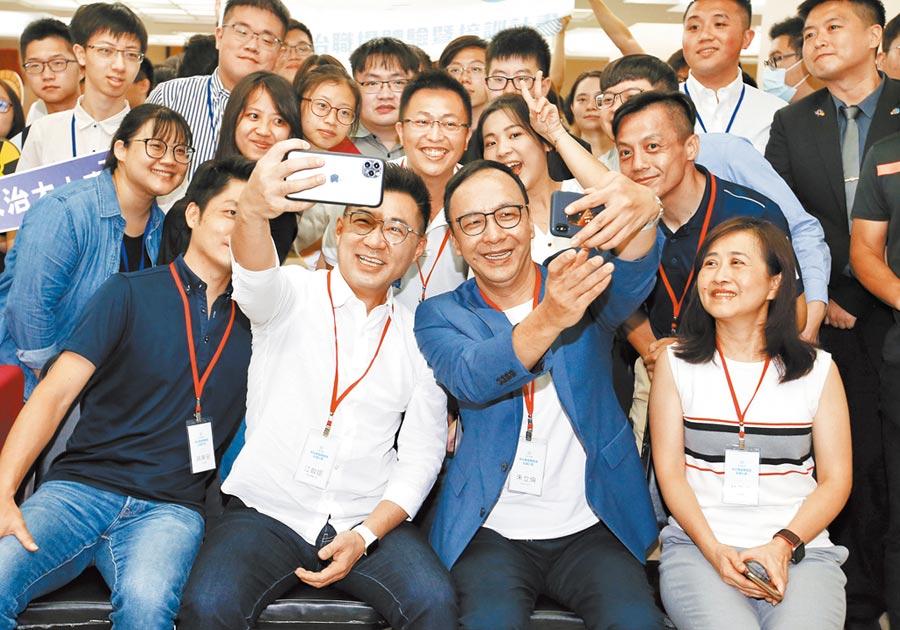 國民黨主席江啟臣(中左)、前黨主席朱立倫(中右)11日與日知學塾學員們合影留念。(姚志平攝)