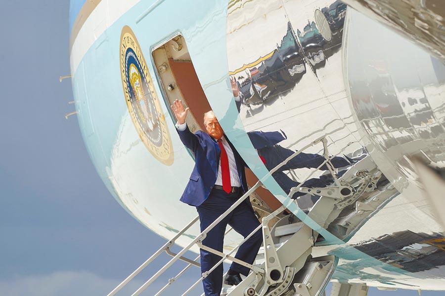 美國總統川普10日搭乘空軍一號專機飛往佛羅里達州邁阿密。途中他表示,目前不考慮與北京談第二階段貿易協議。(路透)