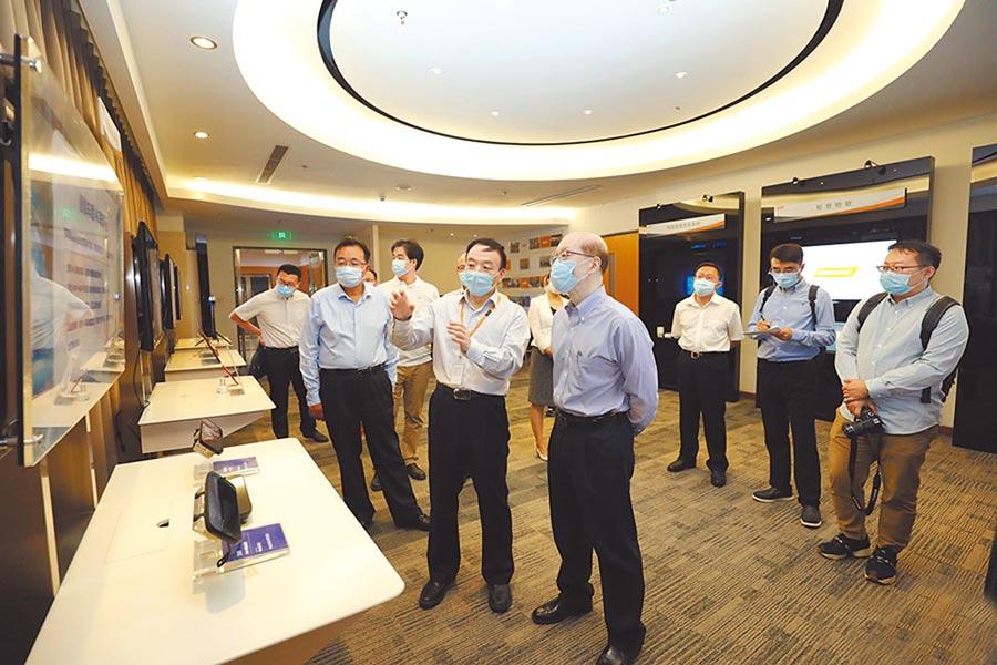 大陸國台辦主任劉結一10日考察在北京的台資企業。(取自國台辦官網)