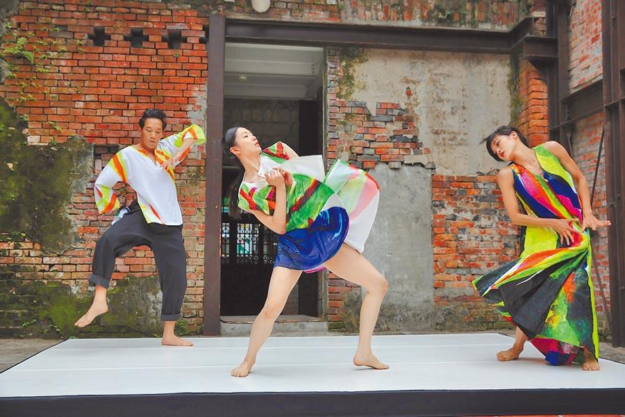 雲門舞集藝術總監鄭宗龍作品《十三聲》,舞者穿螢光舞衣嘶吼,唱古調民謠。(國家兩廳院提供)