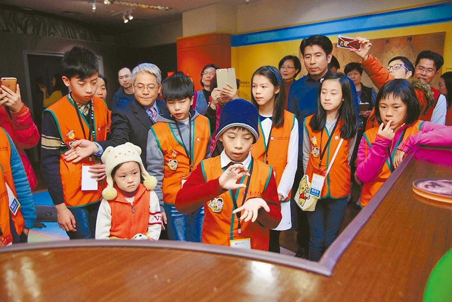 故宮博物院每年寒假都會舉辦小志工培訓,每位同學結業時都要驗收導覽解說。(國立故宮博物院提供/游念育台北傳真)